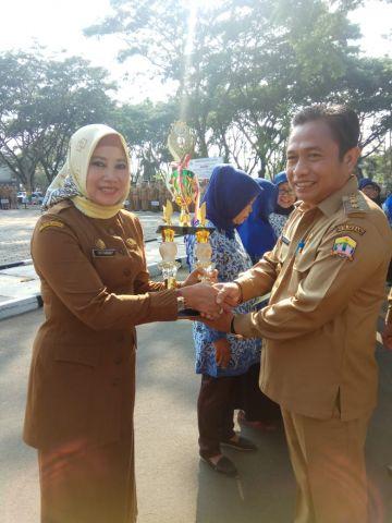 Wakil Walikota serang memberikan penghargaan kepada Kabid Perlindungan dan Jaminan sosial kota serang