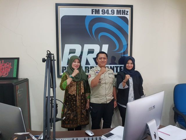 Dialog Interaktif dengan Topik Sosialiasi kampung siaga Bencana: disiarkan langsung Radio RRI Banten 94,9 FM